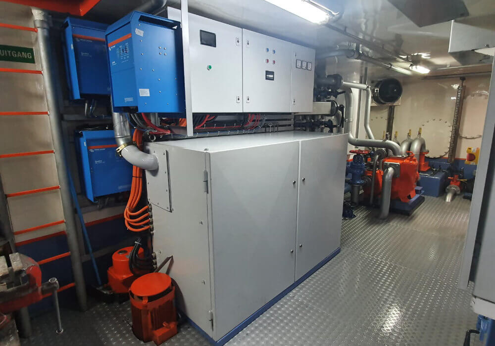 Lithium-ion battery bank for inland vessel
